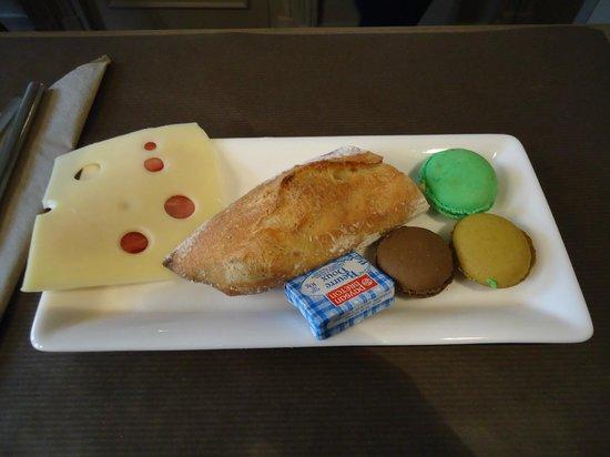 Hôtel Louison : Café da manhã com macarons!