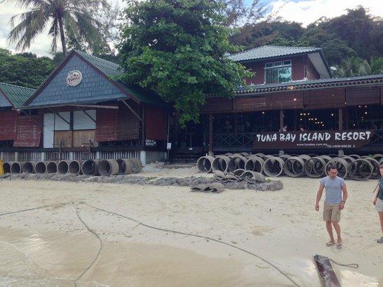 Perhentian Tuna Bay Island Resort: Les blocs de béton devant l'hôtel !