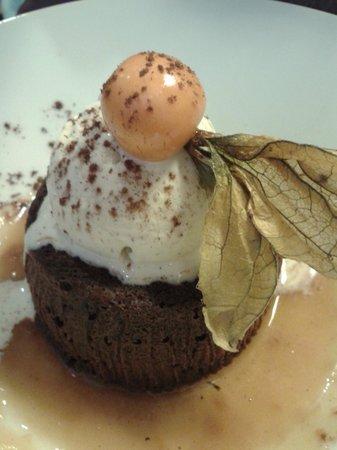 C'est Mon Plaisir : Mi-cuit de chocolat noir aux noisettes torrefiés. Tipo um brownie delicioso!