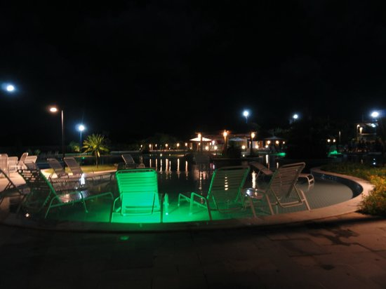 Iloa Resort: Piscina a noite