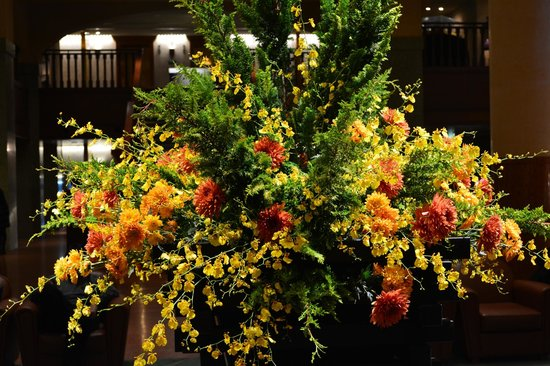 Kyoto Hotel Okura: Autumn flowers in the foyer