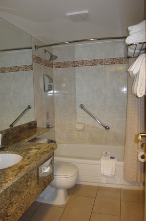 Best Western Plus Inner Harbour : Spotless, roomy bathroom with the towels before they were removed and replaced.