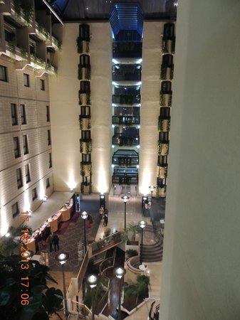 Mercure Paris Porte de Versailles Expo : Vista interna do hotel.