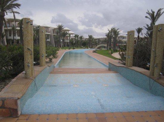 Hasdrubal Prestige Thalassa & Spa : Encontro da piscina com a praia.