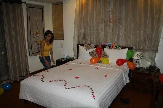 Hanoi Charming 2 Hotel: Checking The Beautiful Decoration Of Rose Petals On  Bed