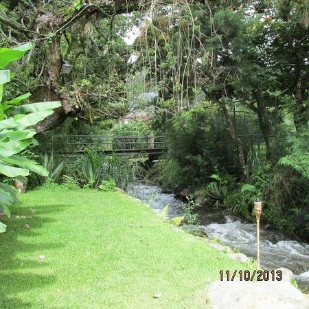 Hostal Refugio del Rio: Tree house creek side view