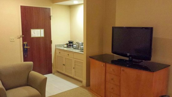 Hilton Boston Downtown / Faneuil Hall: TV in living room of suite