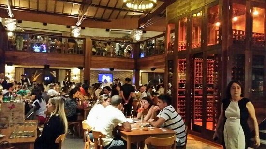 Coco Bambu Bahia : Vista do salão principal e adega
