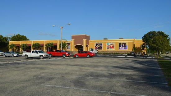 HeadPinz Family Entertainment Center: HeadPinz wide view from parking lot.