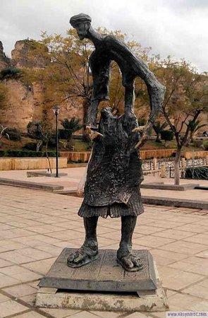 Sahrij Swani : Le vendeur d'eau une statue en bronze a laquelle on a volé la carafe d eau hhh il ressemble a un