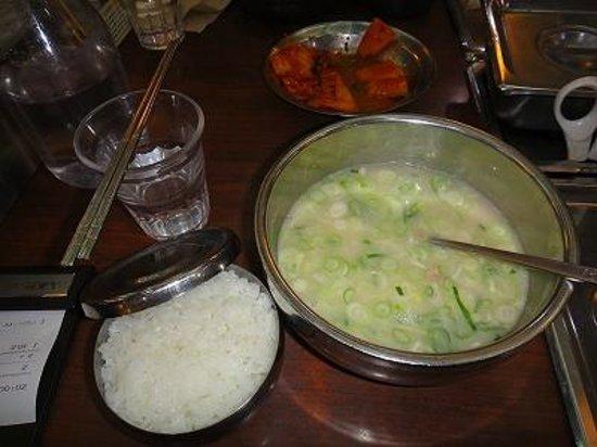 Sinseon Seolleongtang Myeongdong: 食事