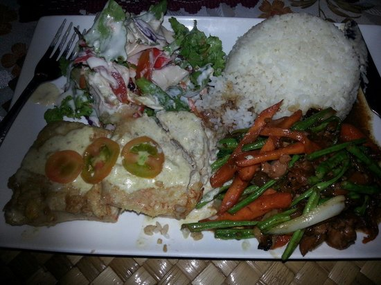 Va-i-Moana Seaside Lodge: This was the delicious meal that i was talking about! Grilled Fish and the rest! Yummmy!