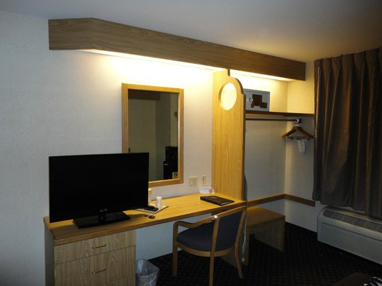 Sleep Inn North: TV & Computer Desk