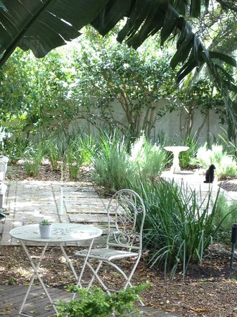 Beulah Lodge: Beautiful gardens outside the rooms.