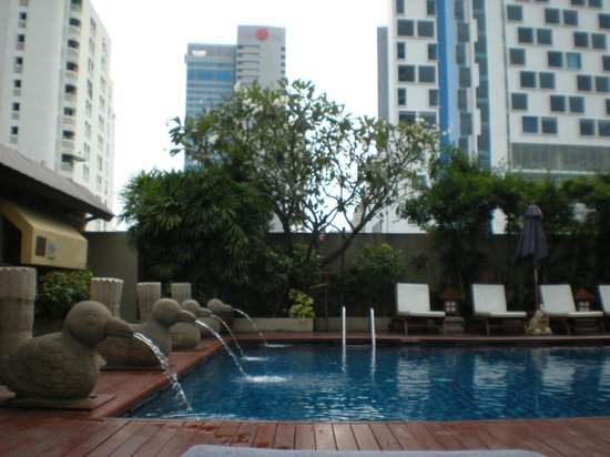 Centre Point Pratunam Hotel : nice pool between skyscrapers