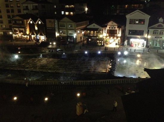Hotel Ichii: 夜、お部屋からの湯畑です