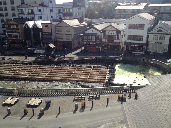 Hotel Ichii: 昼、お部屋からの湯畑です