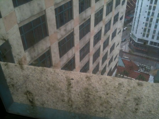 Hotel Soleil : Filthy windows