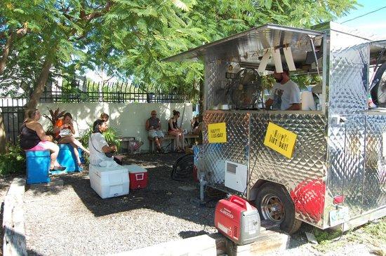 la cuisine du chef et la salle du restaurant. - picture of garbo's
