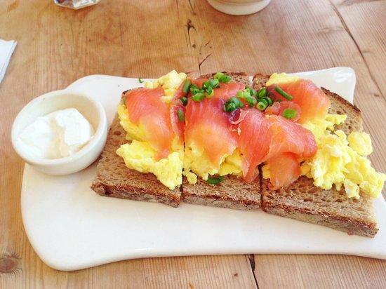 Le Pain Quotidien: Scrambled eggs with salmon - delicious