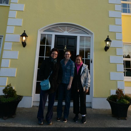 Avarest Bunratty B&B: Our Photo op with Diedra in the center