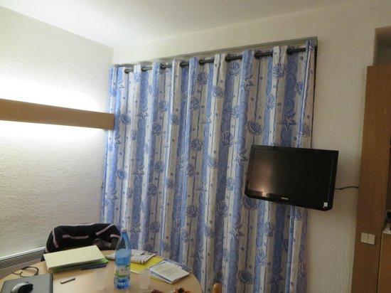 Hotel Delcloy: La table et la TV dans la chambre même