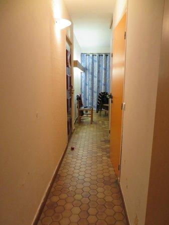 Hotel Delcloy: Le couloir et les moisissures en bas à droite