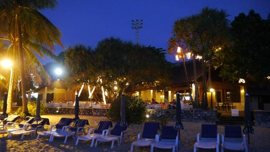 Ruam Thep Inn: Beach at night