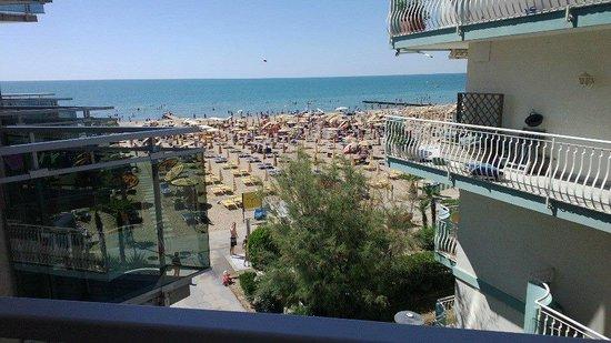 Hotel Nizza: La vista dalla camera da l'idea della vicinanza dell'hotel alla spiaggia. Niente strade!