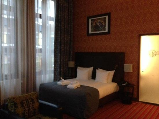 Grand Hotel Amrath Amsterdam: Big room double height ceiling makes king size bed look small!