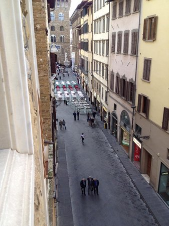 Hotel Por Santa Maria: View of the street below - from the 4th level : Restaurants/Statues galore!