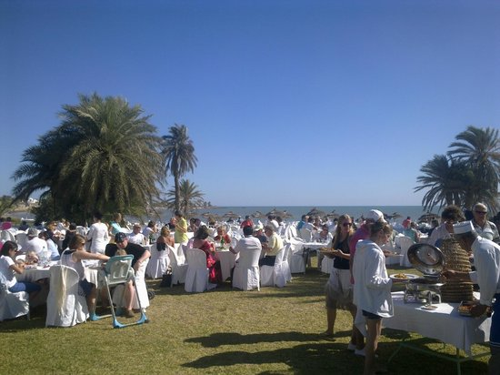 Club Med Djerba la Douce: repas midi extérieur face mer