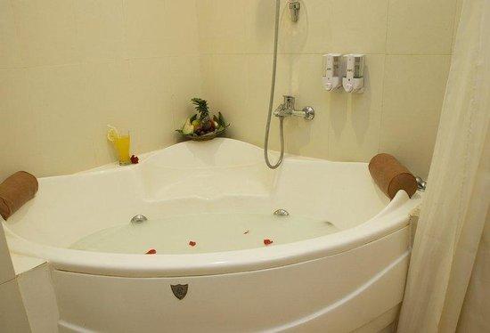 Hawaii Resort Family Suites: Spa Bath