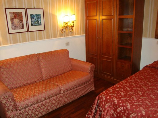 Hotel Torino : Habitación con muebles muy antiguos