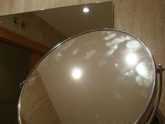 All In Hotels Suites Feria de Madrid : Marcas de dedos en el espejo sin limpiar