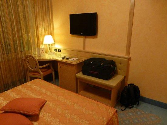 Agora Palace Hotel: Schreibtisch mit Mini-Bar und TV