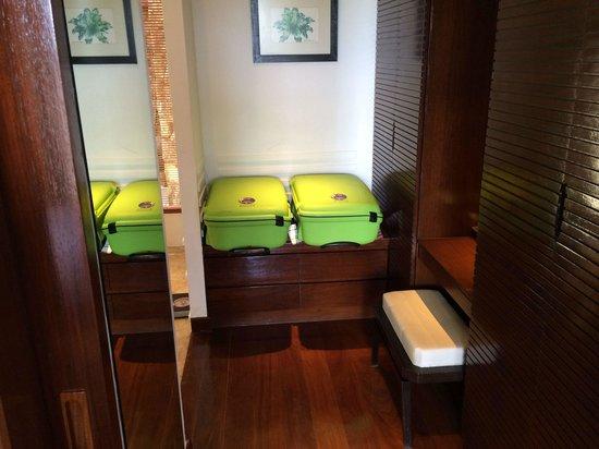 Ayara Hilltops Resort and Spa Surin Beach: Ankleidezimmer