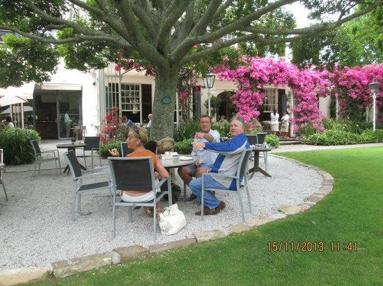 Vineyard Hotel: Lunch outside