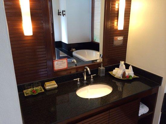 Ayara Hilltops Resort and Spa Surin Beach: Waschtisch