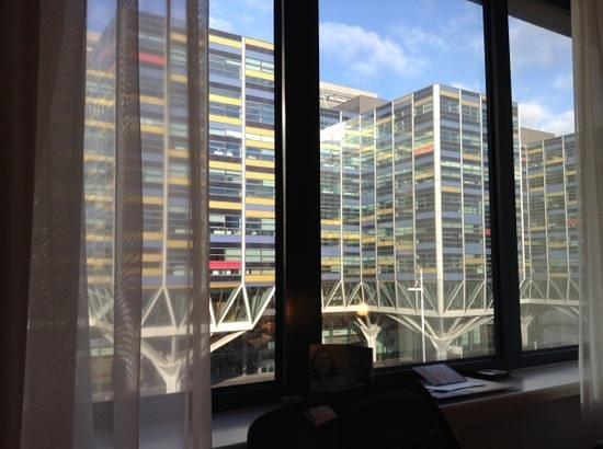 Tulip Inn Leiden Centre: zichtuit kamer op Achmea kantoor