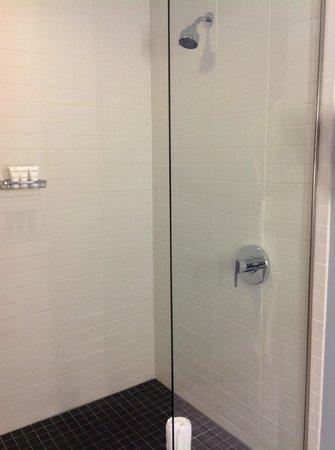 Kimpton Shorebreak Hotel: Cool shower
