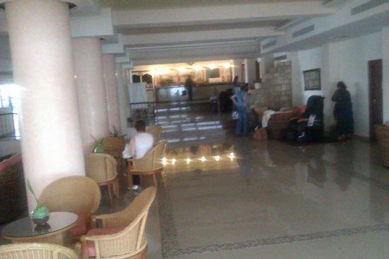 Veronica Hotel: Холл отеля, вид от стойки администратора..