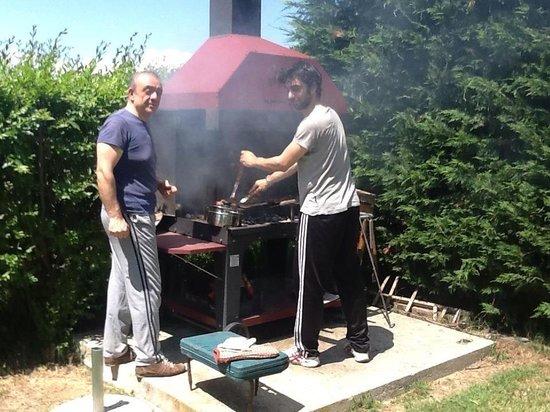 Casale Belriguardo Room & Breakfast e Wellness: Padre e figlio al barbecue