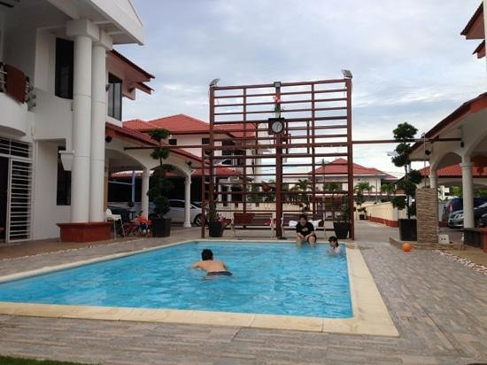 Malacca Twin Mansion: Basketball court next to the swimming pool