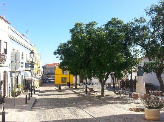 Da Anas: Außengastronomie auf dem Kirchplatz von Moncarapacho