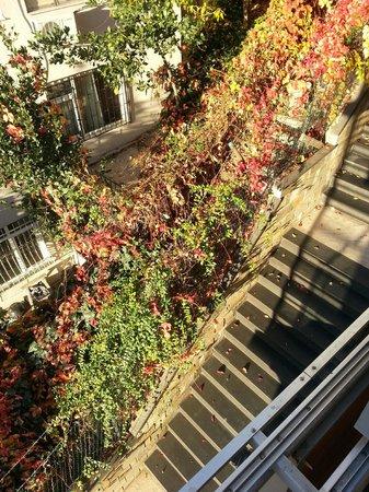 Deris Bosphorus Lodge: stairs down the street