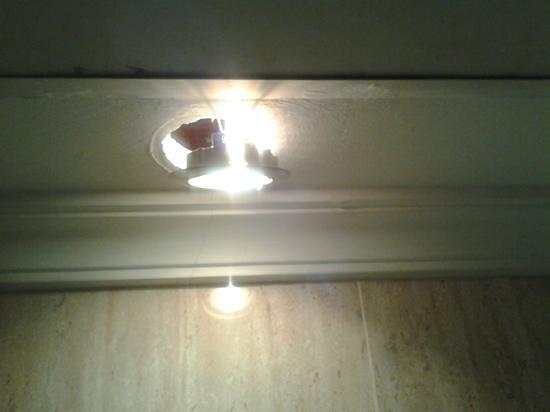 Petit Palace Londres: Luces del baño.