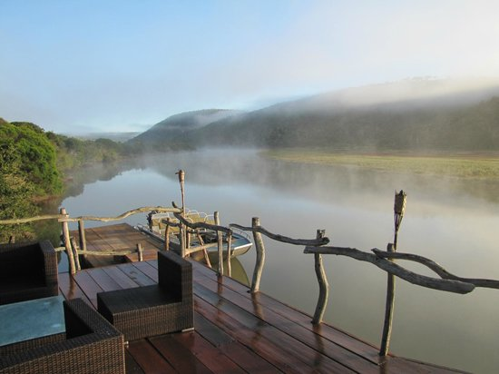 Kariega Game Reserve - River Lodge : View from the lodge deck before the first game drive