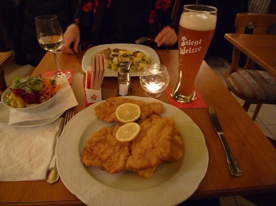 Gasthaus am Spittelberg: Wiener Schnitzel with a tasty wheat beer