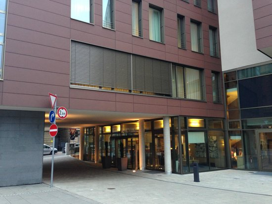 Park Inn by Radisson Stuttgart: Driveway and lobby